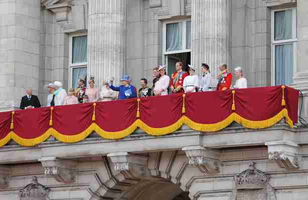 The_British_royal_family_on_the_balcony_of_Buckingham_Palace_compressed