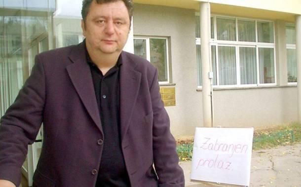 Direktor Osnovne škole Isak Samokovlija snimljen dok je uzimao novac