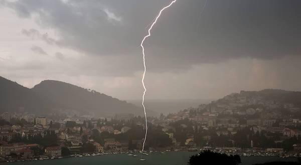 Snimali oluju, a onda je munja udarila nekoliko metara od njih