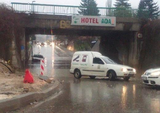 Sarajevo: Potpuno obustavljen saobraćaj ispod podvožnjaka u Buća Potoku