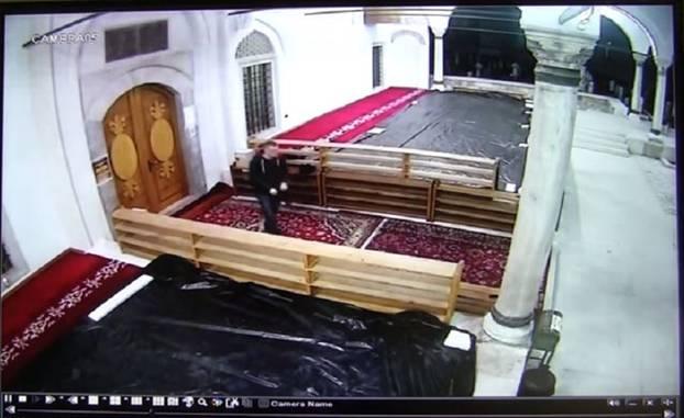 Krađa patika ispred Careve džamije u Sarajevu