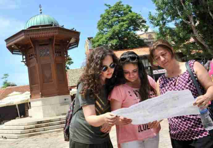 turisti-sarajevo-690x480_compressed