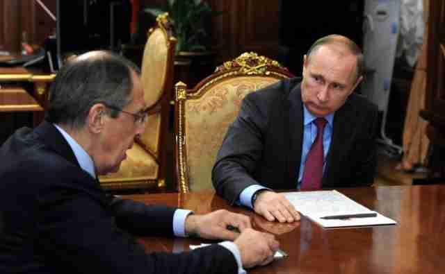 DRUŠTVENE MREŽE SE USIJALE ZBOG OVOGA: Snimljen čudan predmet iza Putinovih leđa