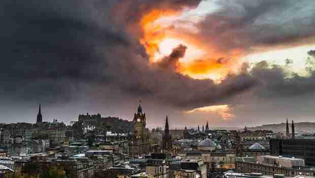 Ljekar iz Edinburga želeći da fotografiše panoramu glavnog grada Škotske SLUČAJNO SNIMIO APOKALIPTIČAN PRIZOR IZNAD EVROPE I ZMAJA KOJI SE PRIKAZAO NA NEBU!