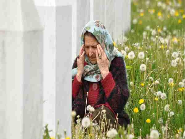(VIDEO) Potresno obraćanje srebreničke majke Kade Karadžićevom advokatu: Ubili su sve moje muške!