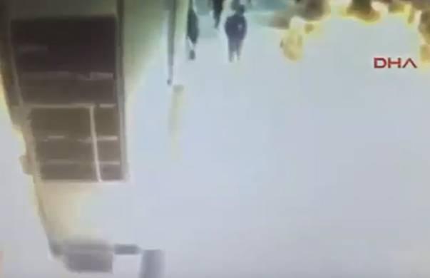 (VIDEO) POGLEDAJTE TRENUTAK EKSPLOZIJE U TURISTIČKOM SREDIŠTU ISTANBULA: Upozorenje ovo je uznemirujuće…