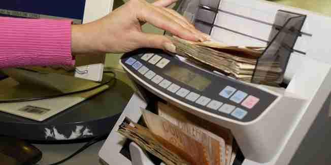 zagreb, 160404  banka placanje novac ilustracija  kredit  kamate  salter  foto: hrvoje dominic  -desk-