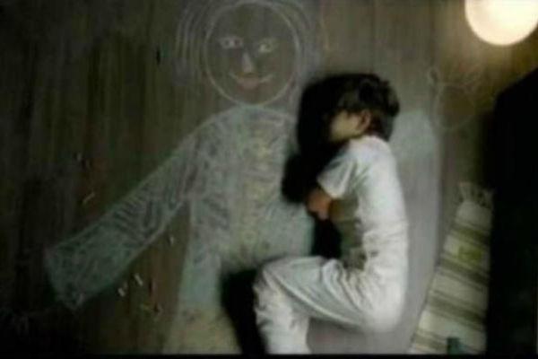 ZA RASPLAKATI SE : Dječak iz sirotišta nacrtao mamu na podu i zaspao u njenom naručju