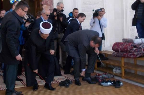 FOTOGRAFIJA KOJA JE BOSNU DIGLA NA NOGE: Šta Milorad Dodik radi u džamiji? Jesi uzeo abdest?