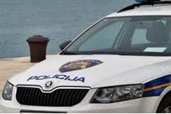Dva policajca ručala u restoranu, cura im ostavila SALVETU S PORUKOM NA STOLU…