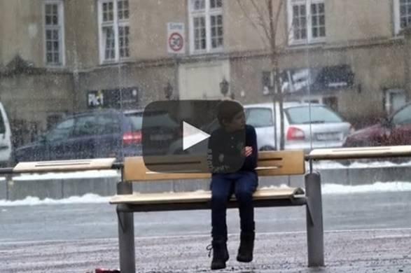VIDEO KOJI JE 'RASPLAKAO' MNOGE: Šta biste Vi učinili kada biste na autobuskoj stanici ugledali dijete koje se smrzava?