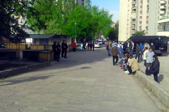 Policija ogradila pijacu na Alipašinom Polju, trgovci ne pristaju na deložaciju