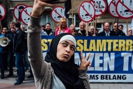 Fotografije Zakije Belkhiri na antiislamskim protestima dijele stotine ljudi širom svijeta