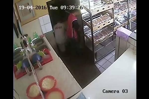 NIJE IZGLEDA ZNALA DA JE GAZDA POSTAVIO KAMERU: Evo šta radi radnica pekare u Mostaru…