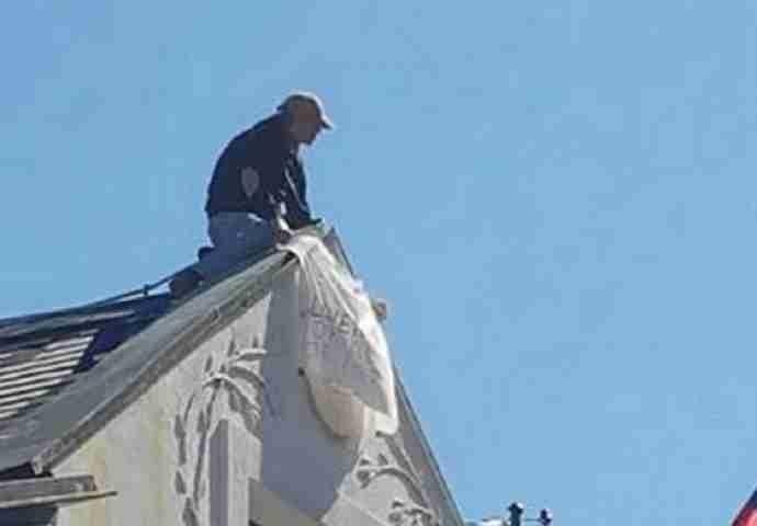 DRAMATIČNO STANJE: Muškarac se popeo na krov zgrade Ambasade Slovenije i prijeti da će skočiti