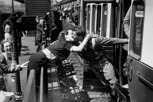 Ljubav u doba rata: Fotografije koje će vas podsjetiti da je život kratak (FOTO)