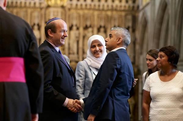 BIBLIJA ILI KUR'AN: Pogledajte kako je na zakletvi prvi musliman načelik Londona podigao Englesku na noge…