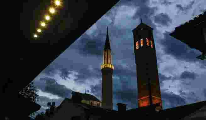 JEDNAKI I JEDNAKIJI: VIP loža za odabrane na Bajram-namazu u Begovoj džamiji razljutila građane