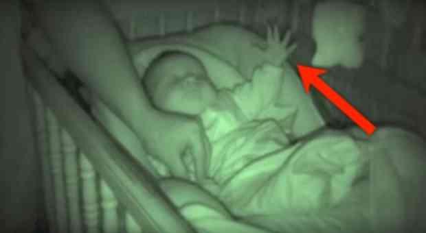 (VIDEO) Još jednom je provjerila BEBU prije spavanja, a onda primjetila NAJČUDNIJU stvar!