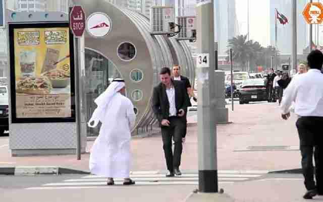 NEĆETE VJEROVATI: Pogledajte šta se dešava kada vam u Dubaiju ispadne novčanik – VIDEO