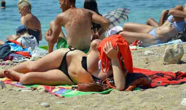 Dubrovnik, 08.07.2015 - Kupači na plaži Banje u Dubrovniku. Turistički rezultati prve polovice ove godine pokazuje povećanje dolazaka turista za 7 posto, a noćenja za 5 posto. foto HINA/ Nikša MILETIĆ /ds