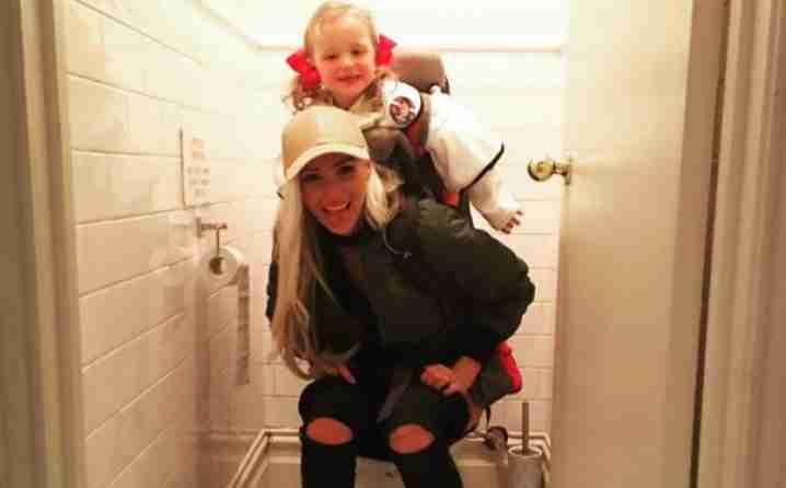 FOTOGRAFIJA IZAZVALA HAOS: Da li je ovo normalno raditi pred djecom?!