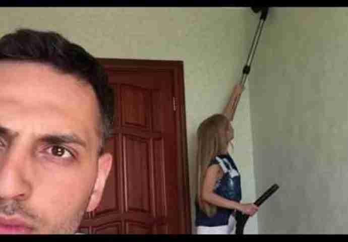 Snimao je zgodnu djevojku dok usisava, a onda je vidio nešto što ga je izbacilo iz takta
