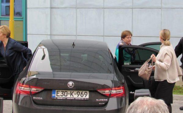 """Društvene mreže """"gore"""" zbog Bakira i Sebije Izetbegović: Srce moje ne budi luda, bit će nam bolje sto puta na zadnjem sjedištu moga auta ."""