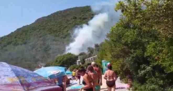 Horor sa crnogorskog primorja: Požar bukti tik do plaže, avioni u naletu gase vatru, a turisti se kupaju…