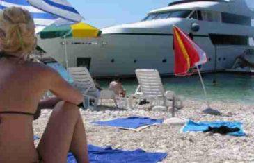 Bijes i buka na Hvaru: Nisu mi dali da uđem na plažu dok ne platim, a uopšte nemaju koncesiju!