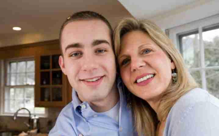 Griješna ili brižna majka: Doji 12-godišnjeg sina čak i u kino sali