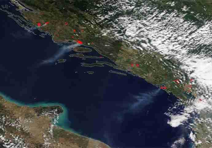NASA SNIMILA STRAVIČNE SNIMKE POŽARA IZ CRNE GORE I HRVATSKE: Pogledajte borbu sa vatrenom stihijom snimljenu iz svemira