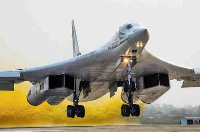 PRIPREME ZA NUKLEARNI UZVRATNI UDAR SU ZAVRŠENE: Ruski Tu-160M2 supersonični bombarder se sprema za svoj prvi let