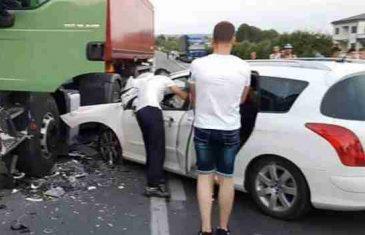 Ubica na cesti: Deset kilometara vozio suprotnom trakom, pa se zabio u kamion – sve zabilježeno kamerom!