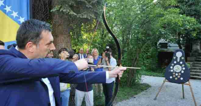 Premijer KS u novom izazovu: Elmedin Konaković isprobao luk i strijelu! Pogledajte rezultat!