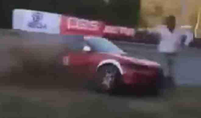 (UZNEMIRUJUĆI VIDEO) UHVATIĆE VAS JEZA! Vozač izletio sa staze i zgazio direktora trke!