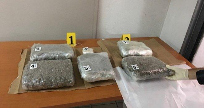 U 'Troli' uhapšen diler: U pretresu stana pronađena droga, automatska puška, pištolj…