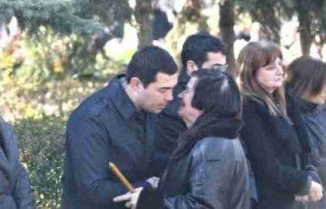 Ovo je prva žena ubijenog Olivera Ivanovića: Stajala je uz svoje sinove i sa suzama u očima…