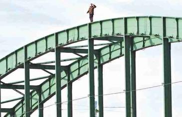 JEZIVE SCENE U BEOGRADU: Uživo snimili muškarca kako s mosta skače u smrt! FOTO