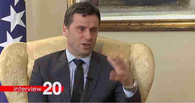 Premijer Novalić otkriva pred kamerama gdje se seli Vlada FBiH i tvrdi: Ruše me opozicija, sindikat i mediji?!