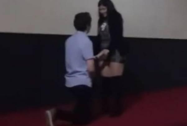 """Tuzla: Zaprosio djevojku pred """"Valentinovo"""" u krcatom kinu, a ona rekla…"""