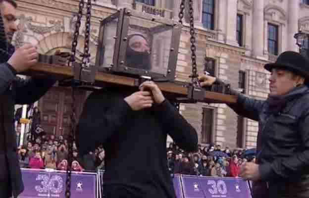 Jedva je izvukao živu glavu: Iluzionista šokirao publiku bizarnim trikom