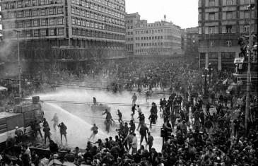 DAN KOJI JE MOGAO SVE PROMIJENITI: Devetog marta 1991. na ulice Beograda izašlo je 100.000 ljudi, Milošević je na njih poslao tenkove i 10.000 policajaca