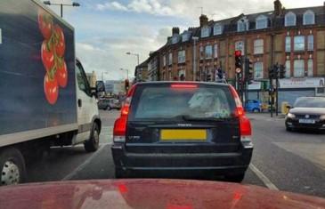 MISLITE DA OVO IMA SMAO U BOSNI: Muž i žena šokirani! Pogledajte šta je čovjek snimio u autu ispred sebe…