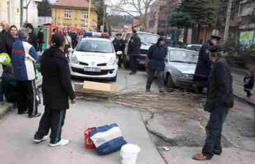 U tuzlanskoj narodnoj kuhinji nema hljeba, korisnici blokirali ulicu