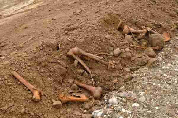 STRAVIČNO OTKRIĆE: Proširivali makadamski put i pronašli ljudske kosti