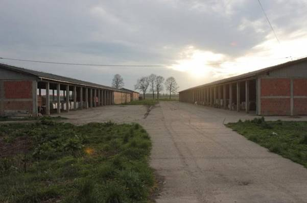 Na ovom mjesto je preko 4.000 Bošnjaka i Hrvata bilo zatočeno, a na desetine pobijeno