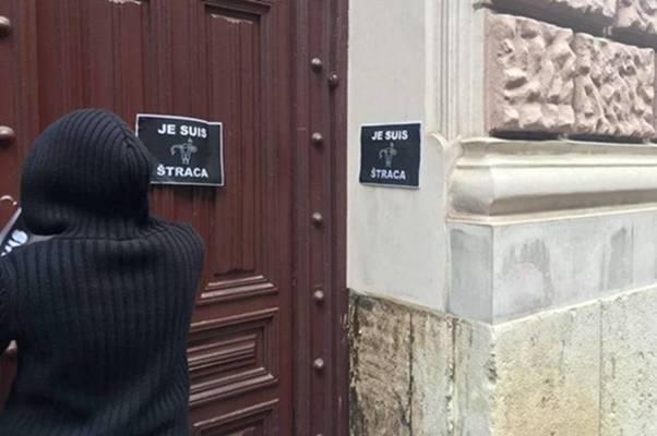 Sarajevske feminiskinje na ulaz u rezidenciju kardinala Puljića, zalijepile nešto što mu se neće svidjeti