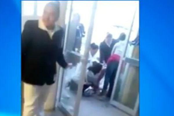 Medicinsko osoblje je ignorisalo: Očajna žena se porađala na glavnom ulazu u bolnicu