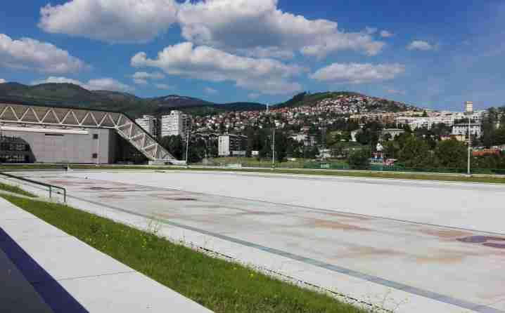SAMO KOD NAS: U Sarajevu ispod obnovljene piste tepsijama skupljaju vodu!